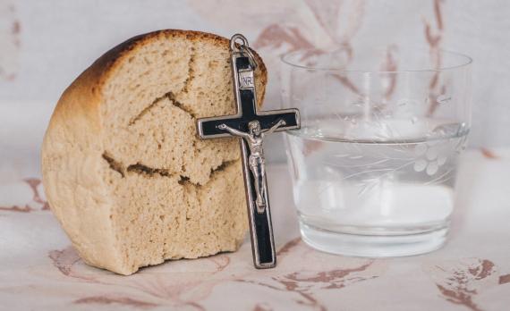 La cruz de Jesús... agua y pan